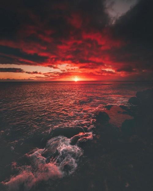 Un hermoso atardecer en el mar