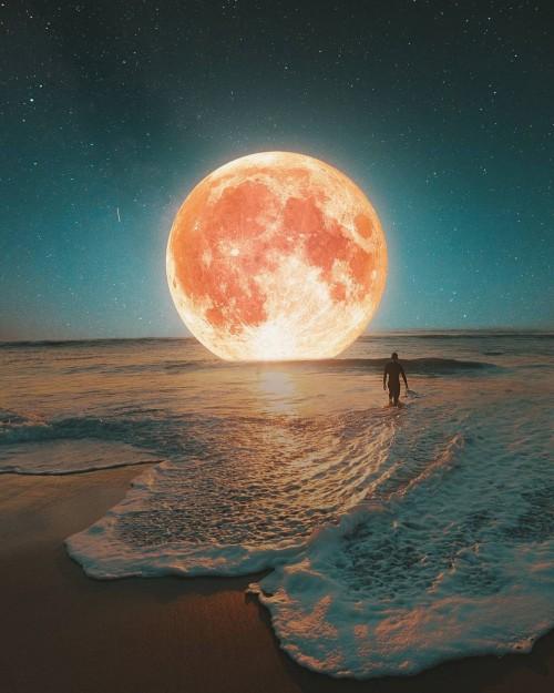 playa-con-agua-y-una-luna-gigante.jpg