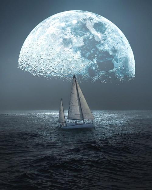 velero-navegando-en-el-mar-con-una-gran-luna-de-fondo.jpg