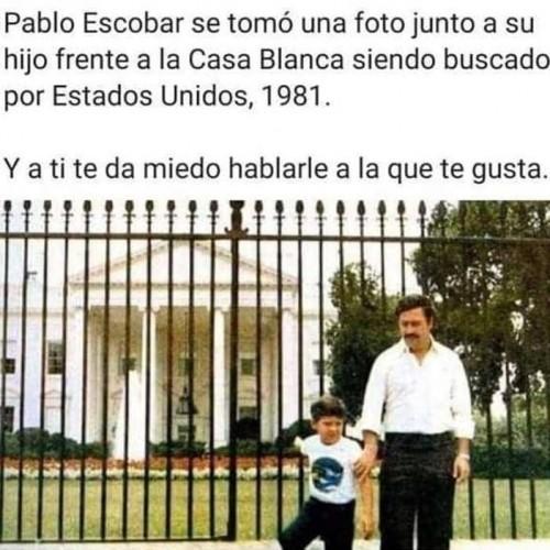 meme-Pablo-Escobar-se-tomo-una-foto-junto-a-su-hijo-frente-a-la-casa-blanca-siendo-buscando-por-Estados-Unidos-en-1981.jpg