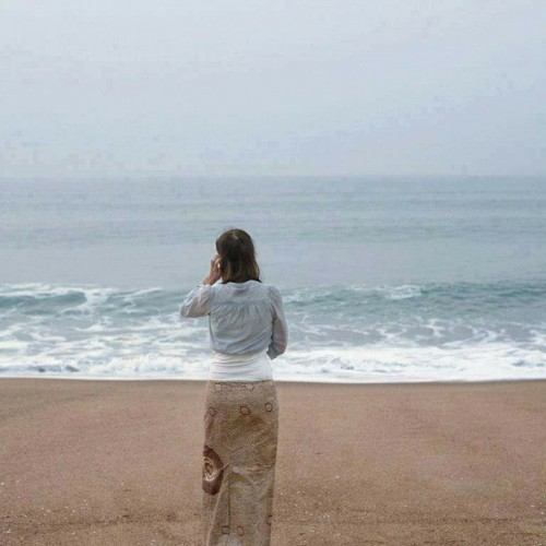 foto-de-mujer-en-la-playa-en-el-momento-justo.jpg