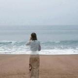 foto-de-mujer-en-la-playa-en-el-momento-justo