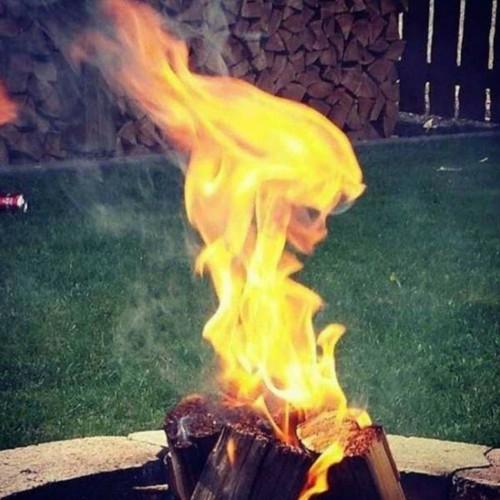 impresionante foto de calavera formandose con el fuego