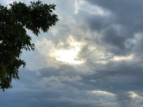 el-cielo-con-nubes-y-la-luz.jpg