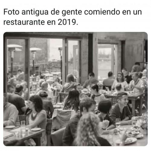 Foto-antigua-de-gente-comiendo-en-un-restaurante-2019.jpg