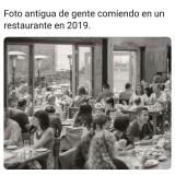 Foto-antigua-de-gente-comiendo-en-un-restaurante-2019