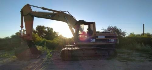 Maquina-escabadora-pesada-Cat-y-el-sol-de-fondo.jpg