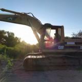 Maquina-escabadora-pesada-Cat-y-el-sol-de-fondo