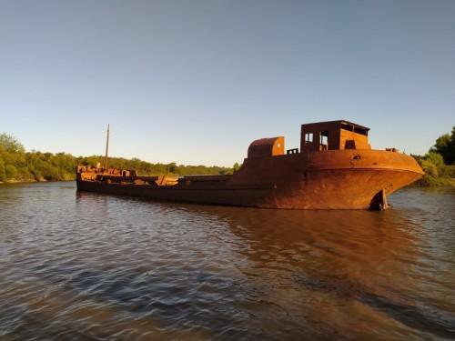 Un-barco-antiguo-de-hierro-que-se-encuentra-entre-la-calera-y-el-puente-de-Liebig-Entre-Rios.jpg