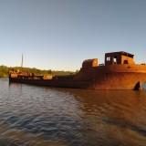 Un-barco-antiguo-de-hierro-que-se-encuentra-entre-la-calera-y-el-puente-de-Liebig-Entre-Rios