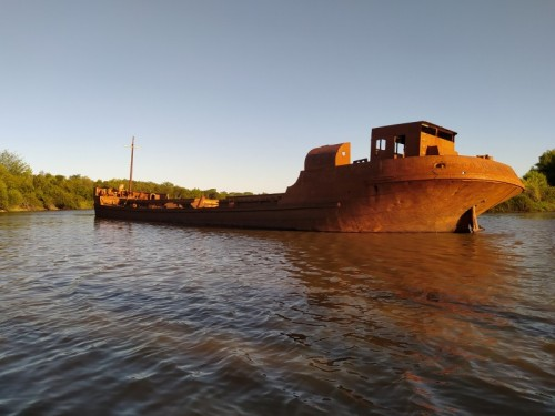 Un-barco-antiguo-de-hierro-que-se-encuentra-entre-la-calera-y-el-puente-de-Liebig.jpg