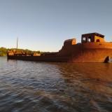 Un-barco-antiguo-de-hierro-que-se-encuentra-entre-la-calera-y-el-puente-de-Liebig