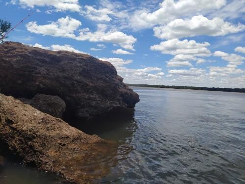 El-cielo-azul-y-las-rocas-en-el-agua-del-rio-uruguay-3.jpg
