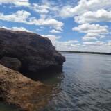 El-cielo-azul-y-las-rocas-en-el-agua-del-rio-uruguay-3