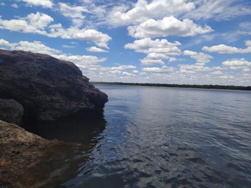 El-cielo-azul-y-las-rocas-en-el-agua-del-rio-uruguay.jpg