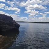 El-cielo-azul-y-las-rocas-en-el-agua-del-rio-uruguay