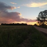 Un-atardecer-espectacular-con-nubes-de-tormenta-en-el-campo