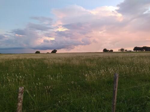 un-atardecer-con-nubes-de-tormenta-en-el-campo.jpg