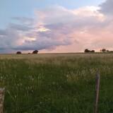 un-atardecer-con-nubes-de-tormenta-en-el-campo