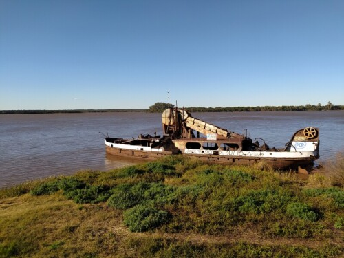 Barco-de-hierro-en-la-costa-de-Colon-Entre-Rios.jpg